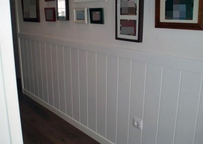Friso de láminas blancas en un pasillo